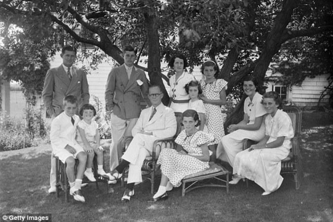 Rosemary Kennedy, la segunda por la derecha.