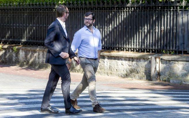 El alcalde de Vitoria, Javier Maroto (i) pasea con su novio Josema...