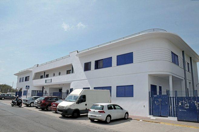 La fachada del colegio Servando Camúñez de San Fernando, en el que...