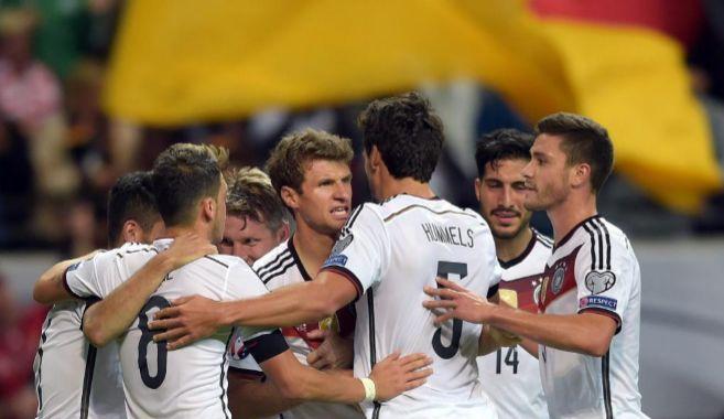 Los jugadores de Alemania celebran uno de los tres goles anotados a...