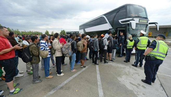 Un grupo de refugiados llegado a la frontera austriaca desde Budapest.
