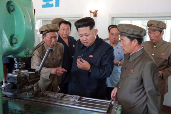 El líder norcoreano Kim Jong.Un, visitando una fábrica en Pyongyang.
