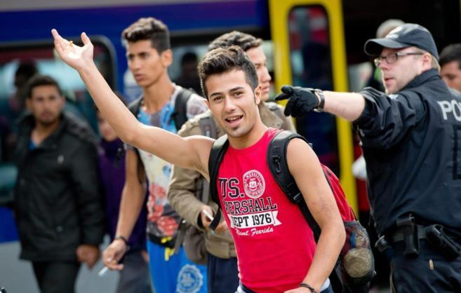 Un refugiado saluda a la cámara tras llegar a la estación de...
