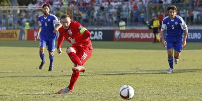 Rooney anota de penalti el primer gol ante San Marino.