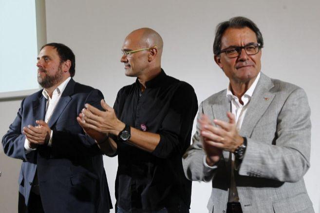 Oriol Junqueras (izq.), Raül Romeva (centro) y Artur Mas, tres de los...