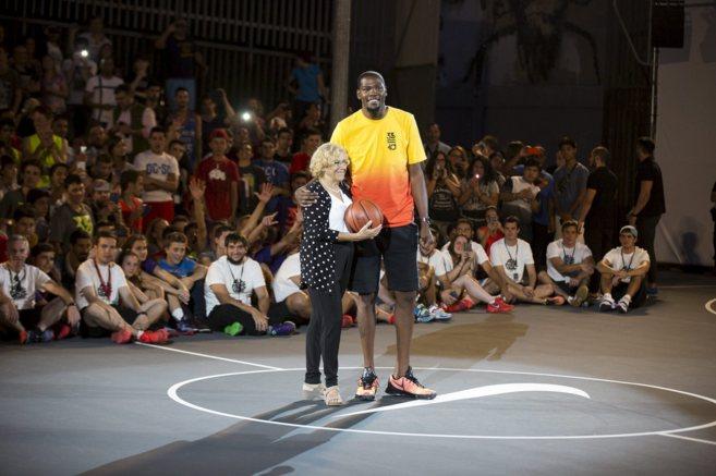 Manuela Carmena, alcaldesa de Madrid, junto al jugador de la NBA Kevin...