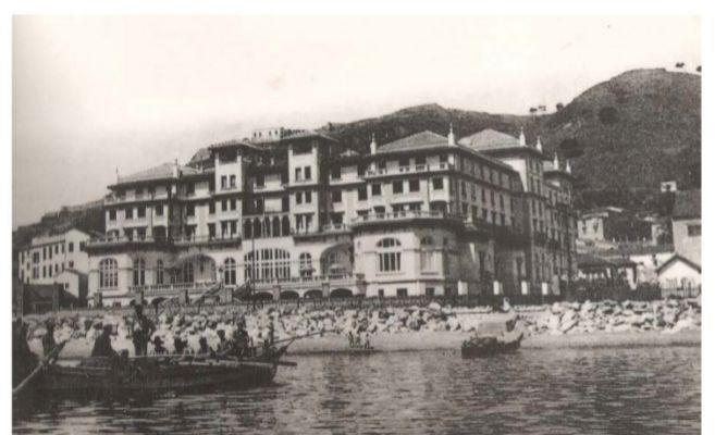 Fachada con vistas al mar y  paso directo a la playa en los años 20.