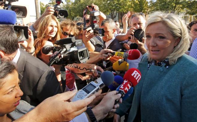 Marine Le Pen contestando las preguntas de la prensa durante la...
