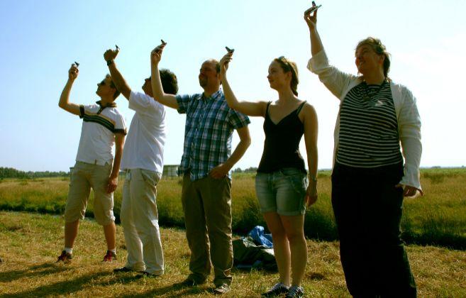 Varios voluntarios prueban los medidores del proyecto.