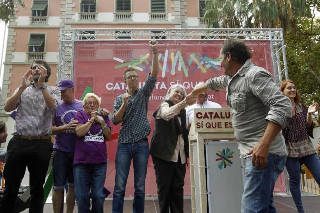 Íñigo Errejón (c), Ernest Urtasun (i) y  Lluís Rabell (3d),...