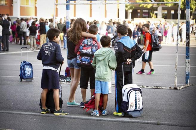 Un grupo de alumnos del País Vasco entra en su colegio, al comienzo...