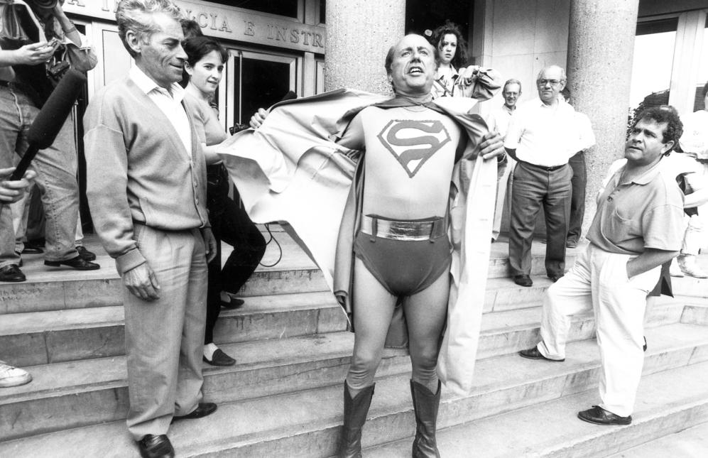 El empresario en 1992, disfrazado de Supermán, durante una protesta...