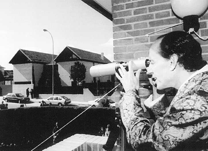 El empresario vigilando la casa de Felipe González.