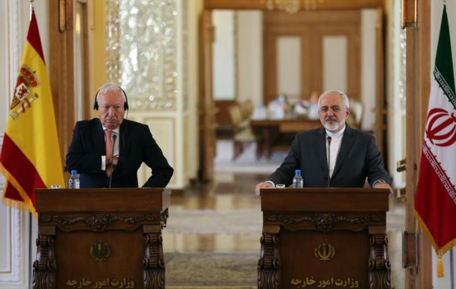El ministro de Asuntos Exteriores, con su homólogo iraní en...
