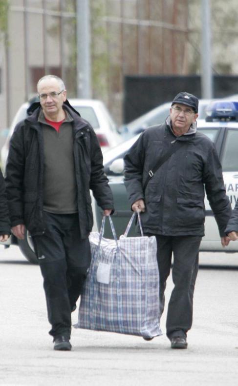 Alberto Plazaola (izquierda), cuando salió de la cárcel en diciembre...