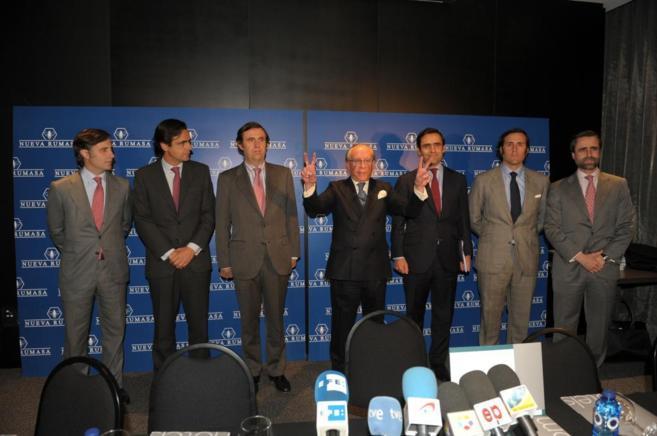 José María Ruiz-Mateos, rodeado de sus seis hijos varones, haciendo...