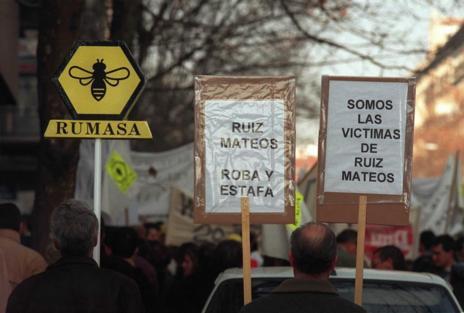 Protestas de afectados por la caída de Rumasa en el inicio del juicio, en 1997.