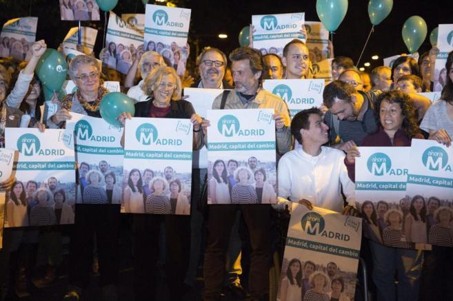Manuela Carmena, en el centro, junto a parte de su equipo de Gobierno,...