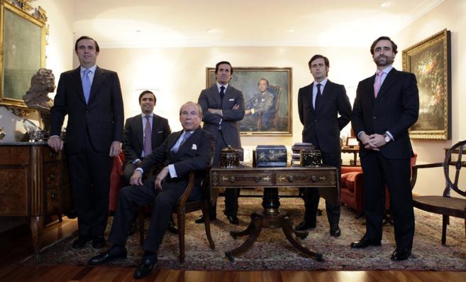 José María Ruiz-Mateos posa con varios de sus hijos en su casa de...