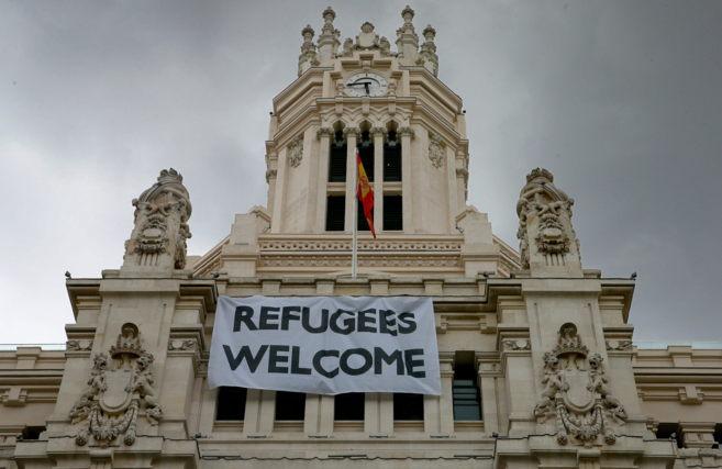 Fachada del ayuntamiento de Madrid ayer, donde lucía la pancarta...