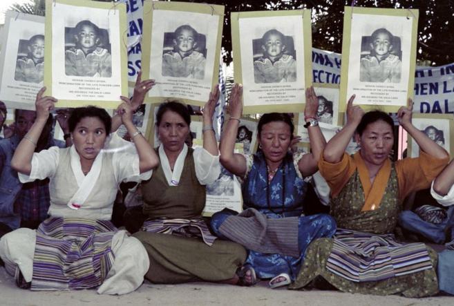 Imagen del año 1996 en el que varias tibetanas protestan contra China...