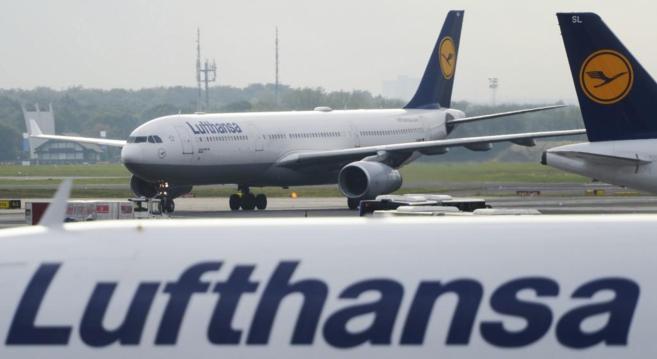 Un avión de la aerolínea Lufthansa en el aeropuerto internacional de...