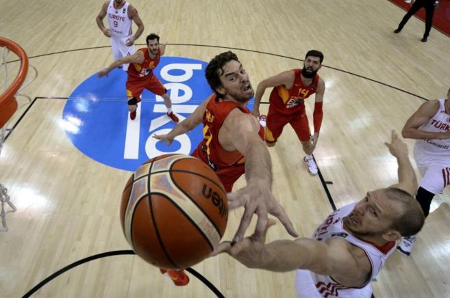 Pau Gasol trata de taponar a un jugador turco