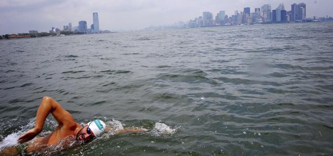 Jaime Caballero nada en el Manhattan Island Marathon Swim