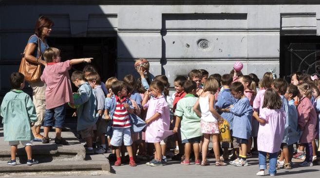 Un grupo de niños en el patio durante el inicio del curso escolar.