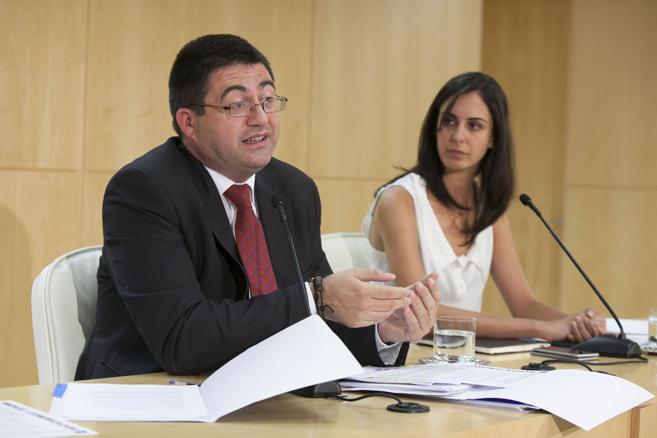 Carlos Sánchez Mato, edil de Economía, junto a Rita Maestre,...