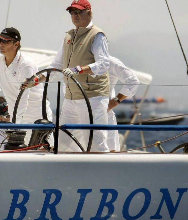 Don Juan Carlos, al timón del Bribón, en una imagen de archivo.