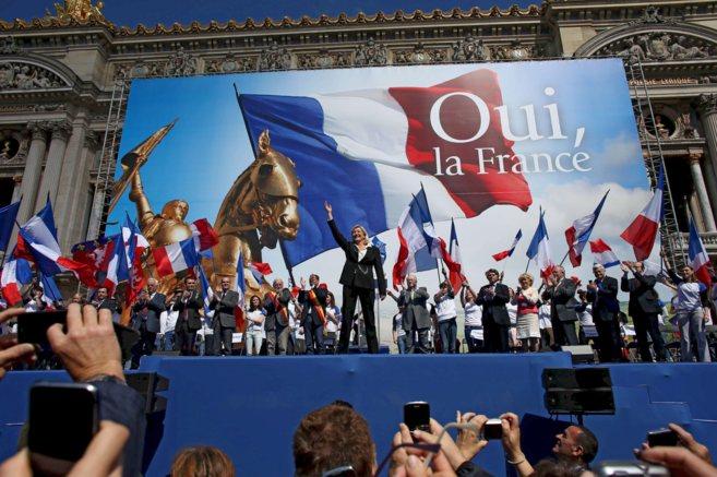 La líder del Frente Nacional, Marine Le Pen, saluda a sus...