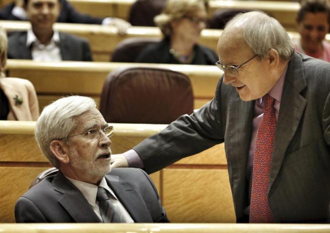 José Montilla charla con el también senador socialista Joan Lerma...