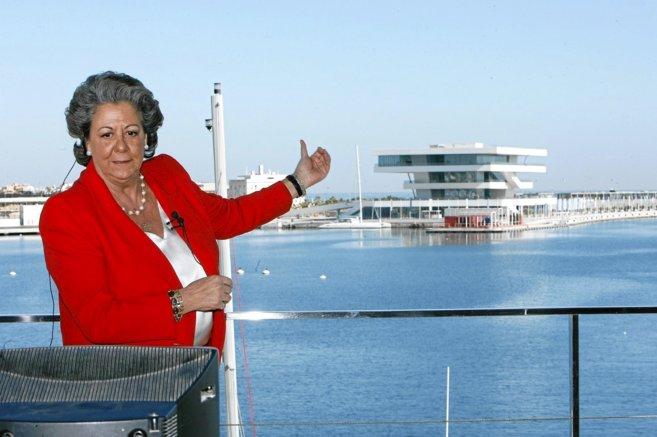 Rita Barberá, muestra orgullosa la Marina Real con el Veles i Vents...