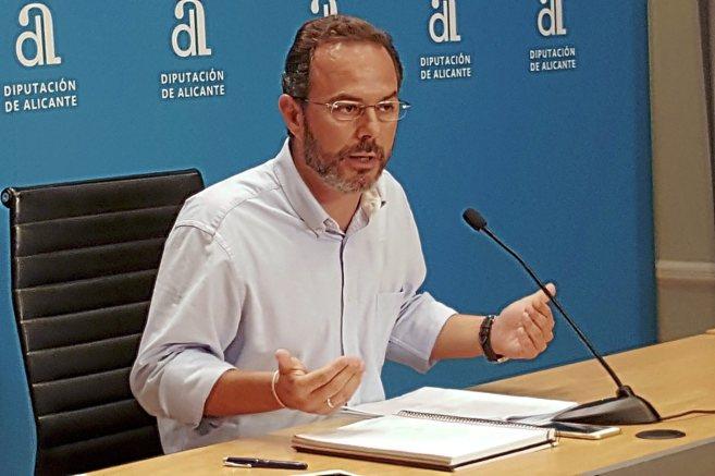 El portavoz del PP en la Diputación de Alicante, Carlos Castillo,...