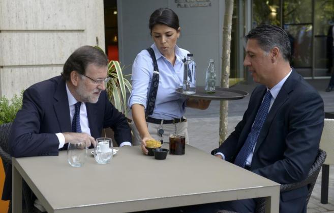 Mariano Rajoy y Xavier García Albiol toman un aperitivo tras el acto...