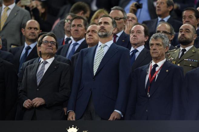 Artur Mas y Felipe VI, durante la pitada al himno nacional