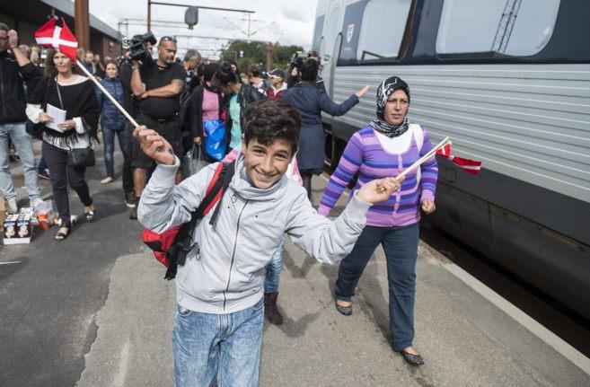 Refugiados, principalmente sirios, toman un tren hacia Suecia en la...