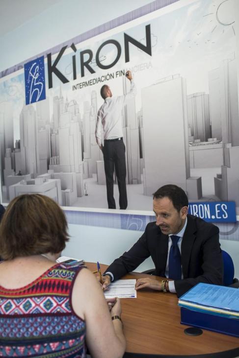 Un profesional de Kìron atendiendo en la oficina de Majadahonda.