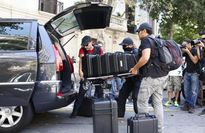 Efectivos de la Guardia Civil introducen en coche el material...