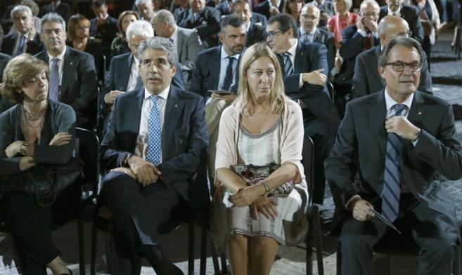 El presidente de la Genaralitat , Artur Mas (d), y la vicepresidenta...