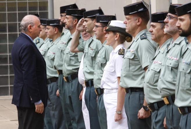 Jorge Fernández Díaz, durante una visita al cuartel de la Guardia...