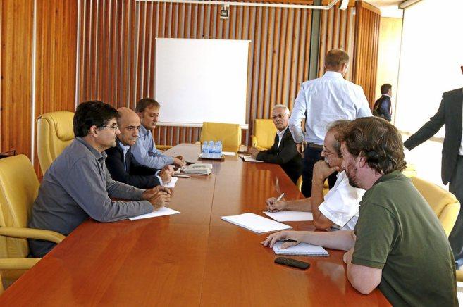Los responsables de Ikea se levantan de la mesa al ver a fotógrafo....