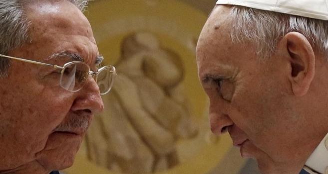 Raúl Castro (i) y el Papa Francisco durante el encuentro privado en...