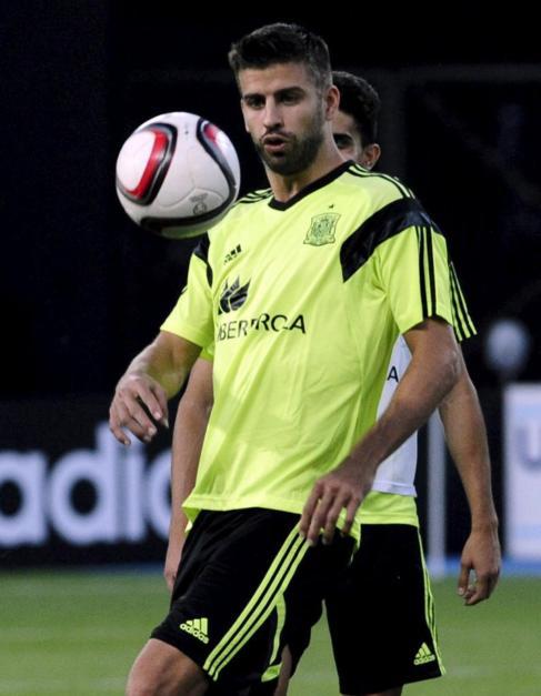 Piqué, con la selección española en Skopje.