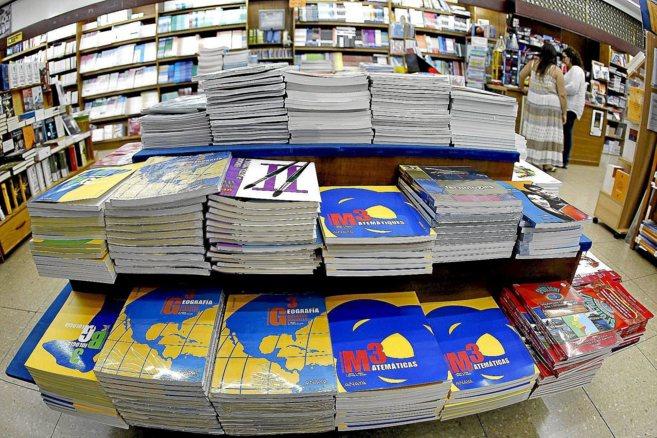 Libros de texto apilados en una librería de Valencia.