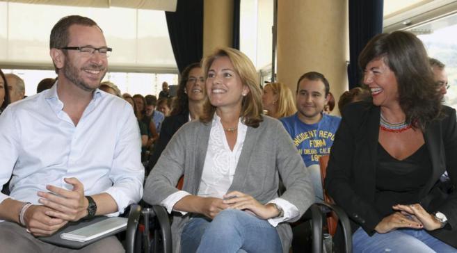 Javier Maroto, Arantza Quiroga y Nerea Llanos sonríen durante el...