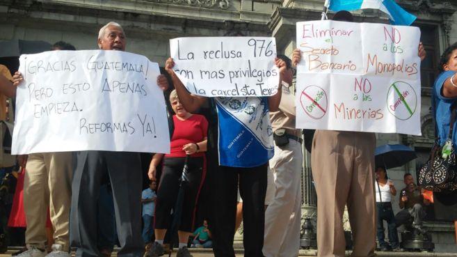 Varios indignados con pancartas en el Parque Central de Ciudad de...