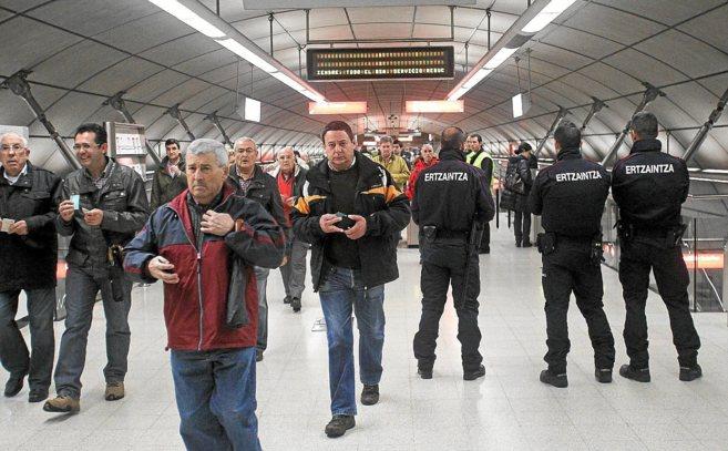 Agentes de la Ertzaintza realizan un control extraordinario en una...