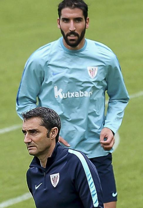 Raúl García y Ernesto Valverde durante un entrenamiento reciente en...